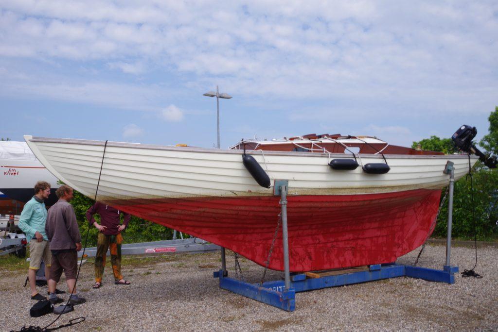 Jane auf dem Bock im Hafen, 1. Reparaturversuch